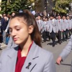 kozan.gr: Mε μαύρο κορδελάκι, στο πέτο, ως ένδειξη πένθους, για το θάνατο των παιδιών σε τροχαίο στο δρόμο Κοζάνης – Κρόκου, παρέλασε το 1ο ΓΕΛ Κοζάνης (Βίντεο)