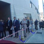 kozan.gr: Αρνητική εντύπωση και πολλά σχόλια για τις ζάντες, που χρησιμοποιήθηκαν ως στηρίγματα – βάσεις για τα κολονάκια, μπροστά από την είσοδο του νέου κτηρίου της Βιβλιοθήκης(Φωτογραφίες)