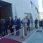kozan.gr: Ώρα 10:50 π.μ.: Έξω από το κτήριο της δημοτικής βιβλιοθήκης Κοζάνης, πριν την άφιξη του Προέδρου της Δημοκρατίας Προκόπη Παυλόπουλου (Φωτογραφίες)