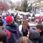 kozan.gr: Με πορεία στην Π.Ε. Κοζάνης και με σύνθημα «Κάτω τα χέρια από την Μακεδονία» ξεκίνησε, λίγο μετά τις 11, η μαθητική κινητοποίηση για την «Μακεδονία»  (Βίντεο)