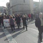 kozan.gr: Κοζάνη: Παράσταση διαμαρτυρίας και πορεία, με αίτημα να μονιμοποιηθούν όλες οι καθαρίστριες, πραγματοποίησαν το πρωί της Δευτέρας 19/11, μέλη του σωματείου καθαριστριών & καθαριστών Νομών Κοζάνης – Γρεβενών και Καστοριάς – Έκαναν πορεία προς το Κοβεντάρειο για να συναντήσουν την Υφυπουργό Μακεδονίας Κ. Νοτοπούλου, όμως είχε αποχωρήσει – Τι τους είπε ο δήμαρχος Κοζάνης Λ. Ιωαννίδης  (Φωτογραφίες & Βίντεο)