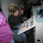 kozan.gr: Φοιτήτριες και φοιτητές της Σχολής Καλών Τεχνών Φλώρινας φιλοτέχνησαν τις βιτρίνες των εμπορικών καταστημάτων της Κοζάνης, σε μια δράση ευαισθητοποίησης για την εξάλειψη της βίας κατά των γυναικών (Βίντεο & Φωτογραφίες)