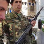 """Νεαρός αποδοκίμασε τον βουλευτή Κοζάνης του ΣΥΡΙΖΑ Θέμη Μουμουλίδη στις εκδηλώσεις για την επέτειο απελευθέρωσης της Σιάτιστας, λέγοντάς του: """"Τολμάς να καταθέτεις στεφάνι ενώ πούλησες τη Μακεδονία"""" (Βίντεο)"""