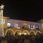 Φωταγωγήθηκε, το βράδυ του Σαββάτου,  το Χριστουγεννιάτικο δέντρο στη Σιάτιστα (Βίντεο & Φωτογραφίες)