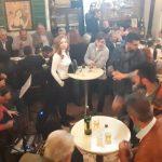 kozan.gr: Σε κέντρο διασκέδασης, με τον Μανώλη Σαμαρά, μετατράπηκε, το βράδυ του Σαββάτου 1/12, το καζάνι του Πολύβιου Κρυσταλλίδη στην Πτολεμαΐδα, στα τσίπουρα που «έβγαλε» ο Αντιπρόεδρος του ΕΒΕ Κοζάνης, Κώστας Παπανίκος (Βίντεο & Φωτογραφίες)