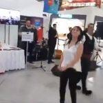 kozan.gr: Ο χορός της Αντιδημάρχου Τοπικής Ανάπτυξης & Επιχειρηματικότητας του δήμου Κοζάνης, Χρυσούλας Αθανασιάδου, στο αεροδρόμιο Ελ. Βενιζέλος, στο πλαίσιο της δράσης «Fly me to the Moon-Sounds Greek to Me»