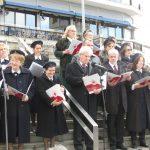 kozan.gr: Κάλαντα και χριστουγεννιάτικα τραγούδια έψαλλε, το πρωί της Κυριακής 16/12, στην κεντρική πλατεία Κοζάνης, η χορωδία του Ερυθρού Σταυρού Κοζάνης (Φωτογραφίες & Βίντεο)