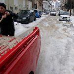 Οι κάτοικοι, στην οδό Κεραμοπούλου στην Κοζάνη,  προμηθεύτηκαν αλάτι από τον Δήμο και προσπάθησαν να ξεπαγώσουν την γειτονιά τους (Φωτογραφία)