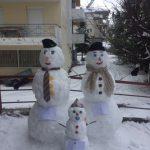 """Φωτογραφία και σχόλιο αναγνώστριας στο kozan.gr: """"Ο Τηλέμαχος, η Υπατία και η Σοφία, όχι σε μορφή κακοκαιρίας, αλλά χιονανθρώπων στην Οδό Σωκράτους"""""""