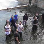 Θεοφάνεια στην Φλώρινα: Με -8 βαθμούς Κελσίου έπεσαν στο παγωμένο Σακουλέβα για το Σταυρό (Βίντεο)