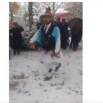 kozan.gr: Χορεύοντας μέσα στα χιόνια, οι Μωμόγεροι της Σκήτης αναβίωσαν το έθιμο, σήμερα Παρασκευή 4/1, στη Νεάπολη Βοΐου (Βίντεο)