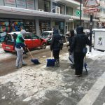 kozan.gr: Πτολεμαΐδα: Eργαζόμενοι του δήμου Εορδαίας σπάνε τον πάγο από τα πεζοδρόμια (Βίντεο & Φωτογραφίες)