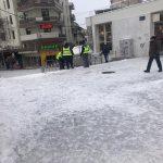 """kozan.gr: Σπάνε τον πάγο κι ανοίγουν """"μονοπατάκια"""" στον κεντρικό πεζόδρομο της πόλης, οι εργαζόμενοι στην καθαριότητα του δήμου Κοζάνης (Φωτογραφίες)"""