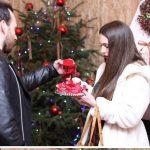 Αξέχαστη παραμονή Χριστουγέννων για το ζευγάρι από την Πτολεμαΐδα – Της έκανε πρόταση γάμου στο σπιτάκι του Άγιου Βασίλη στη Βέροια