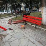kozan.gr: Αντικατάσταση των παλαιών ξύλων στα παγκάκια του παλαιού πάρκου Πτολεμαΐδας  (Φωτογραφίες)