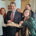 kozan.gr: Λιαστό κρασί και σαλιάρια κεράστηκε, μέσα στο δημαρχείο Βοίου, ο Πρόεδρος της ΝΔ, Κ. Μητσοτάκης (Φωτογραφίες)