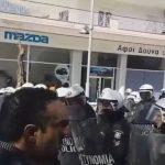 kozan.gr: Πτολεμαΐδα: Ένταση μεταξύ διαδηλωτών και της αστυνομίας με αφορμή την παρουσία της Υπουργού Προστασίας του Πολίτη Όλγας Γεροβασίλη,  στις εγκαταστάσεις της Σχολής Πυροσβεστικής  – Τραυματίστηκε ένα πολίτης από χτύπημα στο κεφάλι (Βίντεο)
