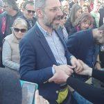 kozan.gr: Τα μέλη του Φανού Αη Δημήτρη φόρεσαν στο δήμαρχο Κοζάνης Λ. Ιωαννίδη το κίτρινο βρακί αντί του «κίτρινου γιλέκου»  – Ελλάς – Γαλλία συμμαχία (Βίντεο)