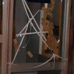 kozan.gr: Έσπασαν την τζαμαρία της εισόδου της οικοδομής, όπου στεγάζεται το πολιτικό γραφείο του Γ. Δακή – Τι δηλώνει, ο ίδιος, στο kozan.gr