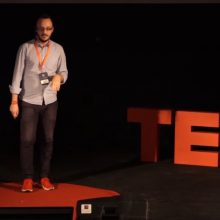 Πως μπορεί να κάνει κάποιος επικοινωνία και social media σε έναν Οίκο Τελετών – Ο Ευθύμιος Σαββάκης, από την Πτολεμαίδα, δίνει τις δικές του απαντήσεις στη σκηνή του TEDx