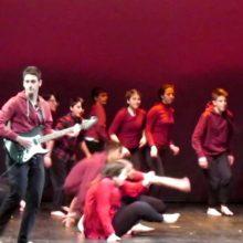 kozan.gr: Κοζάνη: Καταχειροκροτήθηκαν, το βράδυ του Σαββάτου 16/3, οι μαθητές χορευτές της παράστασης, σύγχρονου χορού,  Dancing to Connect (Βίντεο)
