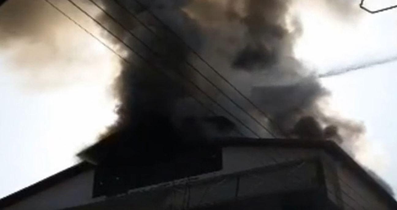 kozan.gr: Γρεβενά (είσοδος πόλης): Φωτιά στη σκεπή διόροφης κατοικίας στην περιοχή «Μεράς» (Βίντεο)
