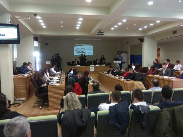 Νέοι 17-23 ετών στα έδρανα του Δημοτικού Συμβουλίου Κοζάνης – Ξεκίνησε η διαδικασία προσομοίωσης (Φωτογραφίες)