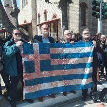 kozan.gr: Πτολεμαίδα (ΠΡΙΝ την παρέλαση):  Έκλεισαν τα στόματα τους με ταινίες και κράτησαν τη ματωμένη σημαία, από τα επεισόδια με την αστυνομία, τον περασμένo μήνα, κατά την επίσκεψη της Γεροβασίλη (Bίντεο & Φωτογραφίες)