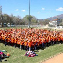 """Καστοριά: 1.702 παιδιά έσπασαν το ρεκορ γκίνες στο """"Παζλ του αυτισμού"""" (Φωτογραφίες)"""