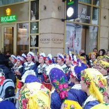 kozan.gr: Παρά τη βροχή, οι Λαζαρίνες της Αιανής χόρεψαν στην Πλατεία Αριστοτέλους στην Θεσσαλονίκη, το απόγευμα της Κυριακής 14/4 (Βίντεο)