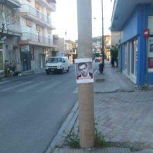 kozan.gr: Αφίσες (σε κάποια σημεία) και στην Κοζάνη, που καλούν τους πολίτες να καταψηφίσουν όσους υποψηφίους ήταν υπέρ της Συμφωνίας των Πρεσπών, αλλά και με το πρόσωπο του Πρωθυπουργού και τη λέξη ανεπιθύμητος