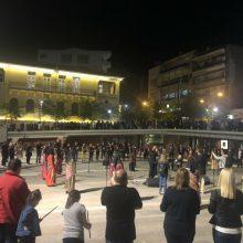 kozan.gr:  Συγκινητική εκδήλωση για τη Γενοκτονία των Ελλήνων του Πόντου,  πραγματοποιήθηκε το βράδυ του Σαββάτου 18 Μαΐου, στην Κεντρική Πλατεία Κοζάνης  (Βίντεο 17′ & Φωτογραφίες)