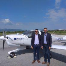 Στην άφιξη του πρώτου εκπαιδευτικού αεροπλάνου με βάση την Κοζάνη ο Λευτέρης Ιωαννίδης