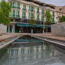 H όμορφη φωτογραφία του Αργύρη Καραμούζα με θέα το ξενοδοχείο Ερμιόνιο στην κεντρική πλατεία της Κοζάνης