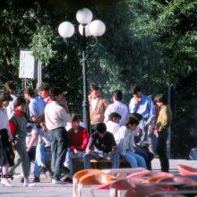 kozan.gr: Koζάνη – 9 Ιούνη 1987 – Μαθητές στην κεντρική πλατεία Κοζάνης, μετά από εξετάσεις