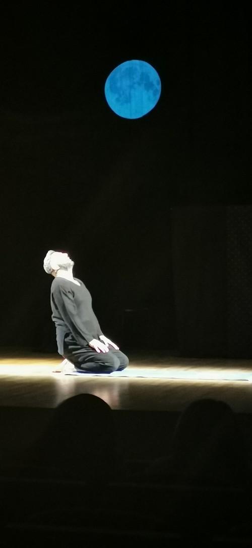 ένας άνθρωπος, μια σκηνή …  μια παράσταση βασισμένη στο έργο του Ρόμπερτ Σνάιντερ «Dirt» με τον Στάθη Παναγιωτίδη  το Σάββατο 22 Ιουνίου 2019 στο Πολιτιστικό κέντρο Σερβίων  ώρα 20:30΄, Είσοδος: 5 ευρώ