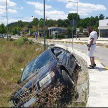 Ο δρόμος δεν είχε μπάρες αλλά.. ο οδηγός του αυτοκινήτου είχε Άγιο