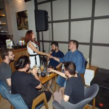 kozan.gr: Συνάντηση με νέους, σε κεντρικό bar της πόλης της Κοζάνης, πραγματοποίησε το βράδυ της Παρασκευής 5/7, η υποψήφια βουλευτής Π.Ε. Κοζάνης με το ΣΥΡΙΖΑ Στέλλα Θεοχάρη (Βίντεο & Φωτογραφίες)