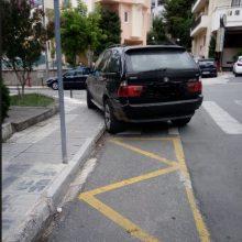 kozan.gr: Φωτογραφίες αναγνώστη για παρκαρισμένο όχημα πάνω σε διάβαση και πεζοδρόμιο στη συμβολή των οδών Δημοκρατίας και Μαμάτσιου γωνία στην Κοζάνη