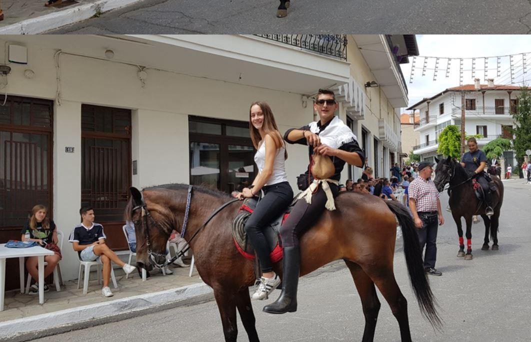Σιάτιστα: Οι καβαλάρηδες της Παναγιάς κράτησαν την παράδοση – Εικόνες από την παρέλαση (Φωτογραφίες & Βίντεο)