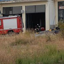 kozan.gr: Φωτιά, από βραχυκύκλωμα σε φορτιστή μπαταρίας αυτοκινήτων,  σε συνεργείο στο 2ο χιλιόμετρο της Ε.Ο.  Κοζάνης – Θεσσαλονίκης, λίγο πριν το κτήριο της ΔΕΥΑΚ (Φωτογραφίες)