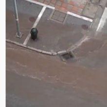kozan.gr: Κοζάνη: 5 λεπτά μπόρας, το απόγευμα του Σαββάτου 7/9, ήταν αρκετά ώστε το νερό της βροχής να υπερχειλίσει σε κάποια από τα πεζοδρόμια της οδού Παύλου Μελά (Bίντεο)