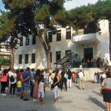 kozan.gr: Πτολεμαΐδα: Φωτογραφίες και βίντεο από τον αγιασμό και τη διανομή φυλλαδίων, από την Τροχαία Πτολεμαΐδας, στο 1ο Δημοτικό Σχολείο (Πέτρινο)