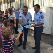 kozan.gr: Κοζάνη: Ενημερωτικά φυλλάδια με συμβουλές οδικής ασφάλειας και κυκλοφοριακής αγωγής, τόσο για μαθητές όσο και για γονείς, μοίρασαν αστυνομικοί (Φωτογραφίες)