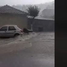 "kozan.gr: ""Ποτάμια"" οι δρόμοι στην Σιάτιστα – Βίντεο από περιοχή Γεράνειας, όπου το νερό παρασέρνει κάδους (Βίντεο)"