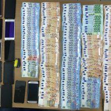 Συνελήφθη 52χρονος ημεδαπός, σε περιοχή της Καστοριάς, για μεταφορά και διευκόλυνση παράνομης εξόδου από την ελληνική επικράτεια 9 αλλοδαπών –  Κατασχέθηκαν Ι.Χ.Ε. αυτοκίνητο, το χρηματικό ποσό των 8.835 ευρώ, 12 κινητά τηλέφωνα και 15 κάρτες sim