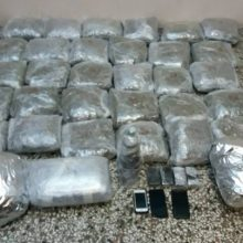 Συνελήφθησαν 2 άτομα από αστυνομικούς της Διεύθυνσης Αστυνομίας Καστοριάς, για διακίνηση μεγάλης ποσότητας ναρκωτικών ουσιών, σε περιοχή της Κοζάνης  Κατασχέθηκαν μεταξύ άλλων (38) κιλά και (760) γραμμάρια ακατέργαστης κάνναβης, πάνω από (4) κιλά κατεργασμένης κάνναβης σε σκόνη (μπουμπάρι), (990) γραμμάρια κατεργασμένης κάνναβης (σοκολάτα) και πάνω από (2) κιλά χασισέλαιο