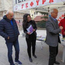 kozan.gr:  Μέλη του συλλόγου Εθελοντών Αιμοδοτών Κοζάνης μοίρασαν, το πρωί της Παρασκευής 1/11, στην Κεντρική Πλατεία Κοζάνης, το διεθνές οπτικό σύμβολο των μεταμοσχεύσεων (πράσινο κορδελάκι) (Βίντεο)