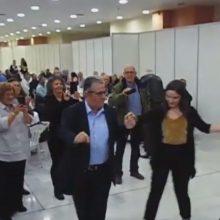 kozan.gr: O χορός του Γενικού Γραμματέα του ΚΚΕ Δημήτρη Κουτσούμπα στη συνεστίαση, που πραγματοποιήθηκε στο Εκθεσιακό Κέντρο στα Κοίλα Κοζάνης, το βράδυ του Σαββάτου 2/11 (Βίντεο)