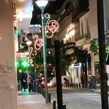 Απορία αναγνώστη στο kozan.gr: Μήπως τα χριστουγεννιάτικα φωτάκια που τοποθετήθηκαν στην οδό Μακεδονομάχων στην Κοζάνη είναι ανάποδα;